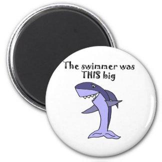 Lustiger Haifisch, der Fisch-Geschichte erzählt Runder Magnet 5,7 Cm