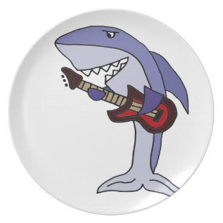 Lustiger Haifisch, der rote Gitarre spielt Melaminteller