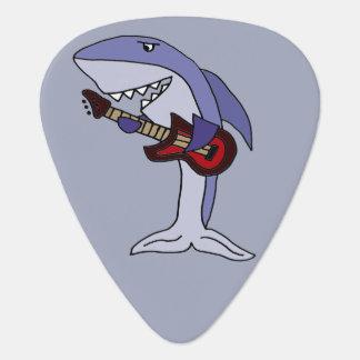 Lustiger Haifisch, der rote Gitarre spielt Plektron