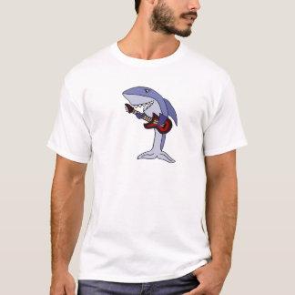 Lustiger Haifisch, der rote Gitarre spielt T-Shirt