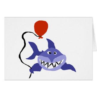 Lustiger Haifisch, der roten Ballon hält Karte