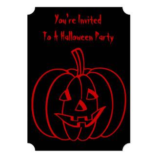 Lustiger Halloween-Kürbis mit herausgeschnittenem Ankündigungskarten