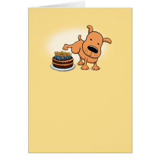 Lustiger Hund, der auf Kuchen-Geburtstags-Karte Grußkarte