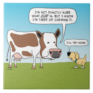 Lustiger Hund und Kuh ermüdet vom wiedergekäuten Fliese