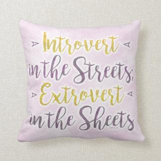 Lustiger Introvert StraßenExtrovert bedeckt Kissen