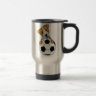 Lustiger Jack-Russell-Hund, der Fußball oder Reisebecher