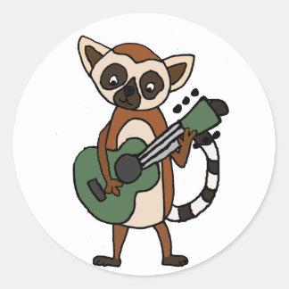 Lustiger Lemur, der Gitarren-Kunst spielt Runder Aufkleber