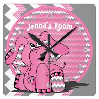 Lustiger rosa Elefant auf Zickzack Hintergrund Quadratische Wanduhr