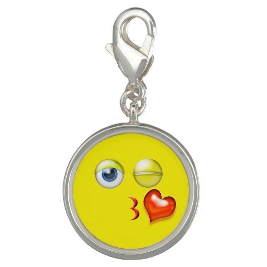 Lustiger Schlag ein Kuss Emoji smiley Charm