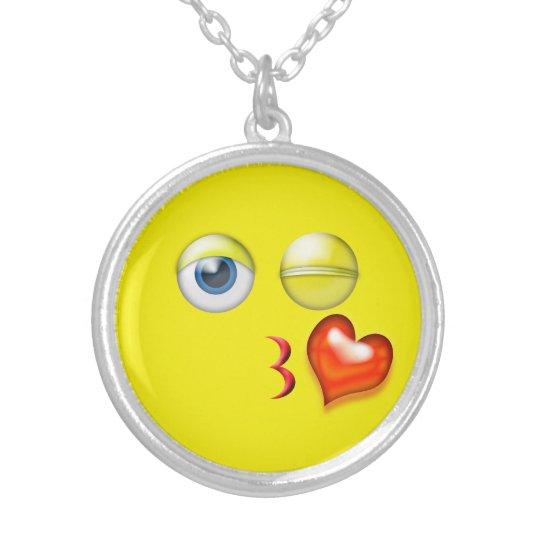 Lustiger Schlag ein Kuss Emoji smiley Halskette Mit Rundem Anhänger