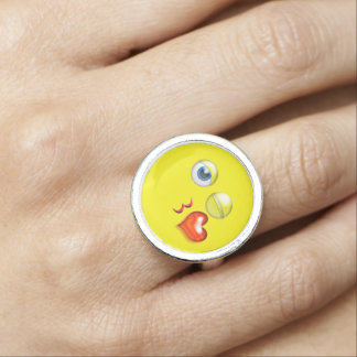 Lustiger Schlag ein Kuss Emoji smiley Ringe