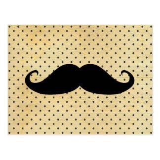 Lustiger schwarzer Schnurrbart auf Vintagen gelben Postkarte
