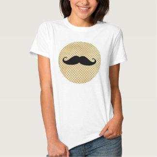 Lustiger schwarzer Schnurrbart auf Vintagen gelben Shirt