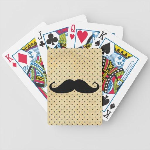 Lustiger schwarzer Schnurrbart auf Vintagen gelben Pokerkarten
