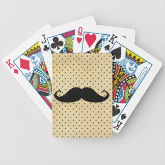 Lustiger schwarzer Schnurrbart auf Vintagen gelben Spielkarten