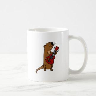 Lustiger Seeotter, der Gitarre spielt Kaffeetasse