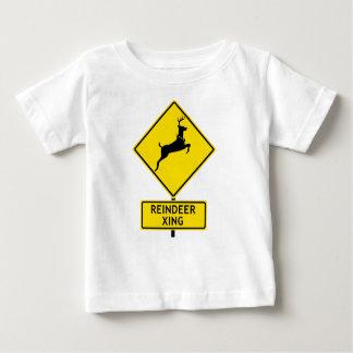 Lustiger Straßenschild, der 'Ren Crossing sagt Baby T-shirt