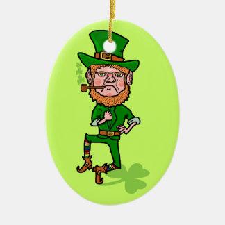 Lustiger verärgerter glücklicher irischer Kobold Ovales Keramik Ornament