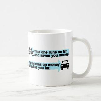 Lustiges Fahrrad gegen Auto Kaffeetasse
