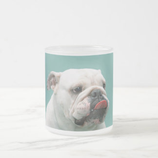 Lustiges Gesicht der Bulldogge mit der Zunge, die Mattglastasse