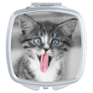 Lustiges Kätzchen mit der Zunge, die heraus hängt Schminkspiegel