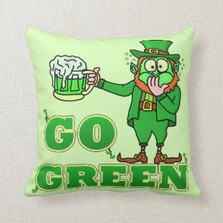 Lustiges Kobold-St. Patricks gehen Getränk grünes Kissen