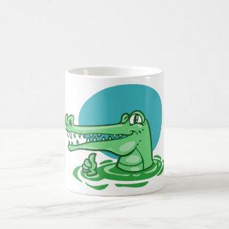 lustiges Krokodil gezeigter okayzeichen-Cartoon Kaffeetasse