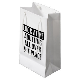 Lustiges meme Adulting überall Zitat Kleine Geschenktüte