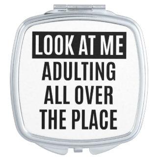Lustiges meme Adulting überall Zitat Taschenspiegel
