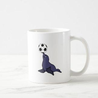 Lustiges Siegel-jonglierender Fußball-Tierball Kaffeetasse