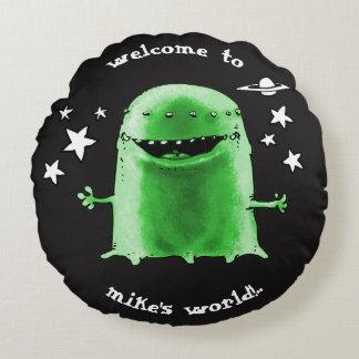 lustiges sonderbares alien mit Sternen auf Rundes Kissen