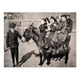 Lustiges Vintages Porträt-Kinderesel-Balancieren Postkarte