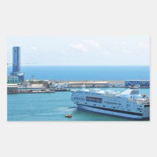 Luxuriöses Kreuzfahrtschiff, das Barcelona-Hafen Rechteckiger Aufkleber