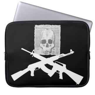 M16 und AK-47Totenkopf mit gekreuzter Knochen Laptop Sleeve