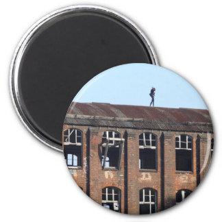 Mädchen auf dem Dach 02,2, verlorene Plätze Runder Magnet 5,7 Cm