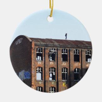 Mädchen auf dem Dach - verlorene Plätze Keramik Ornament