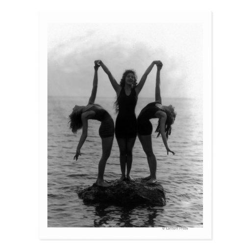 Mädchen bei der Aufstellung auf einem Felsen im Postkarten