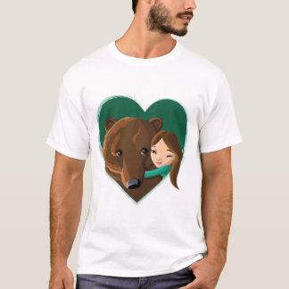 Mädchen, das Bären umarmt T-Shirt