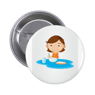 Mädchen, das Frühstück isst Runder Button 5,7 Cm
