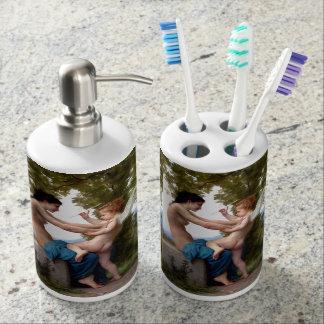 Mädchen, das gegen Eros-Amor-schöne Kunst sich Seifenspender & Zahnbürstenhalter