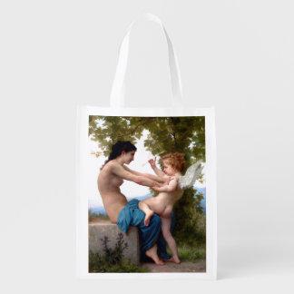 Mädchen, das gegen Eros-Amor-schöne Kunst sich Wiederverwendbare Einkaufstasche