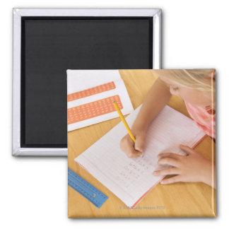Mädchen, das Hausaufgaben tut Quadratischer Magnet