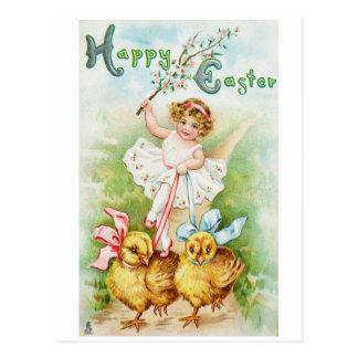 Mädchen, das Ostern-Küken reitet Postkarte