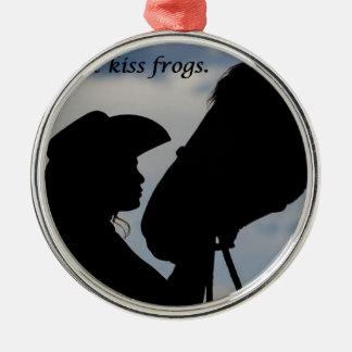 Mädchen, das Pferd küsst Rundes Silberfarbenes Ornament