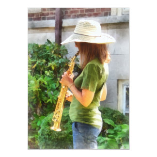 Mädchen, das Saxophon spielt Karte