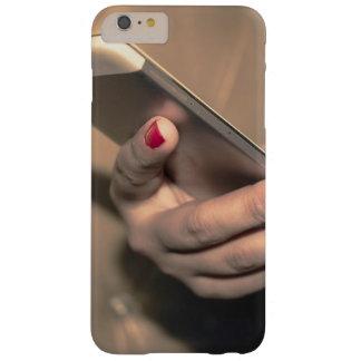 Mädchen, das Telefonabdeckung verwendet Barely There iPhone 6 Plus Hülle