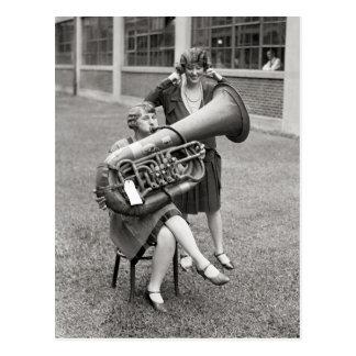 Mädchen, das Tuba, 1928 spielt Postkarte