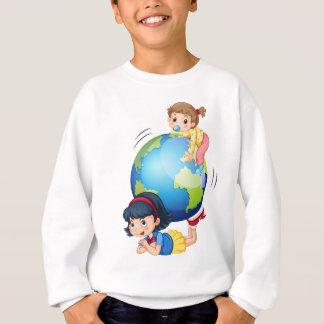 Mädchen, die mit der Kugel spielen Sweatshirt