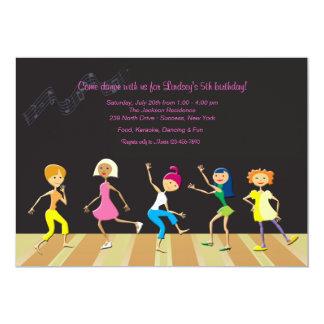 Mädchen, die Party Einladung tanzen