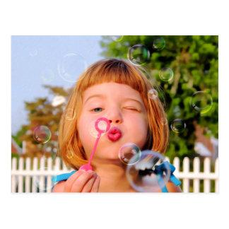 Mädchen-durchbrennenblasen Postkarte